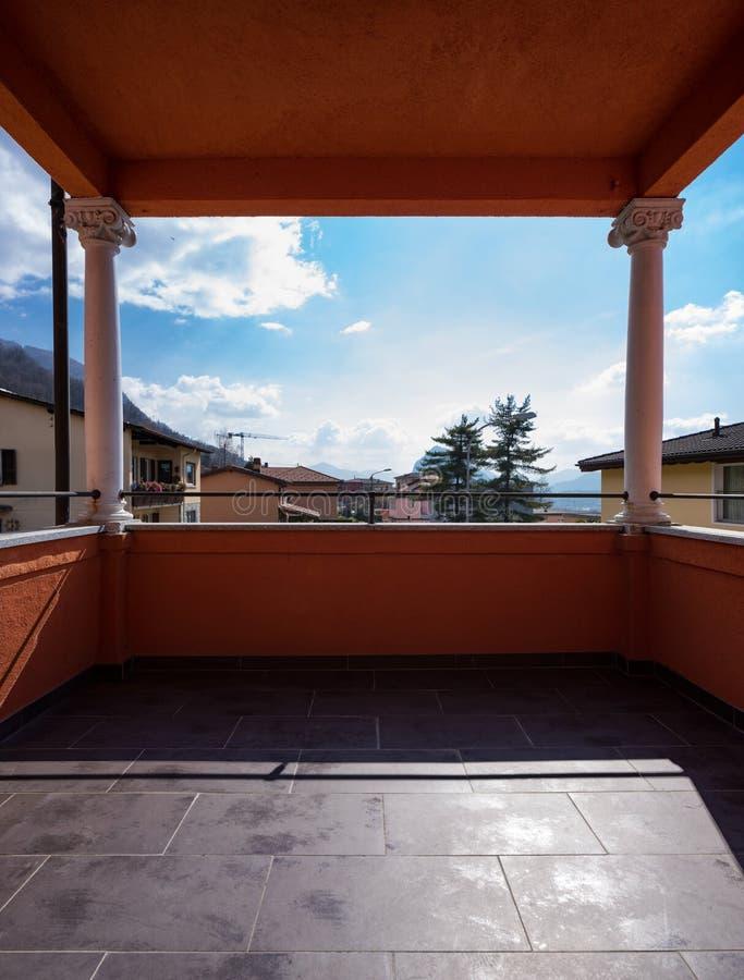Villa avec la vue dans la maison photos stock