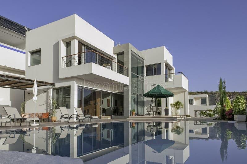 Villa bianca di lusso con la piscina immagini stock