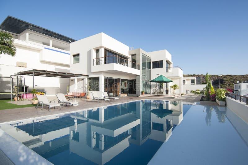 Villa bianca di lusso con la piscina fotografie stock