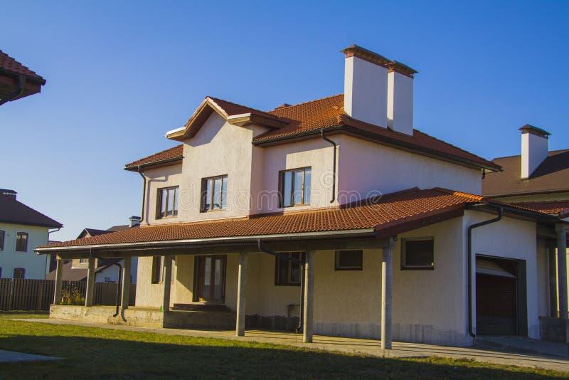 Villa bij zonsondergangbliksem royalty-vrije stock foto's