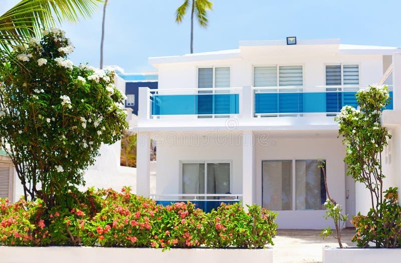 Villa blanche d'été dans les tropiques photo libre de droits