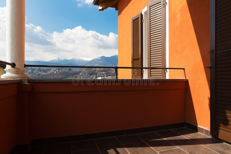 Villa con la vista nella casa fotografie stock libere da diritti