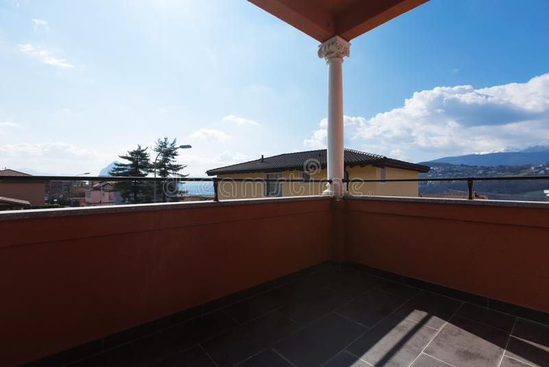 Villa con la vista nella casa immagine stock