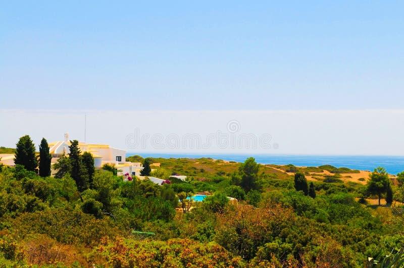 Villa d'été avec la vue d'océan, Front Terrace Garden, vacances de l'Europe photographie stock libre de droits