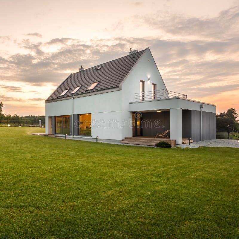 Villa de blanc de conception moderne photographie stock libre de droits