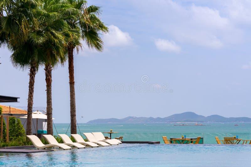 Villa de piscine de côté de mer photos libres de droits