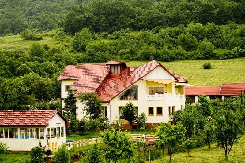 Download Villa de Transylvanian image stock. Image du buissons, location - 737033