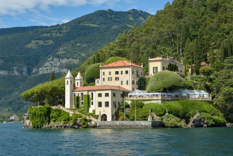 Villa del Balbianello på sjön Como fotografering för bildbyråer