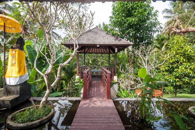 Villa di lusso con il gazebo e stagno all 39 aperto for Gazebo lusso