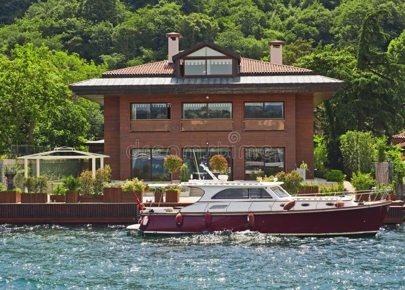 Villa di lusso su un fiume fotografia stock