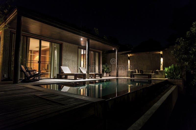 Villa di lusso tropicale con lo stagno fotografia stock libera da diritti