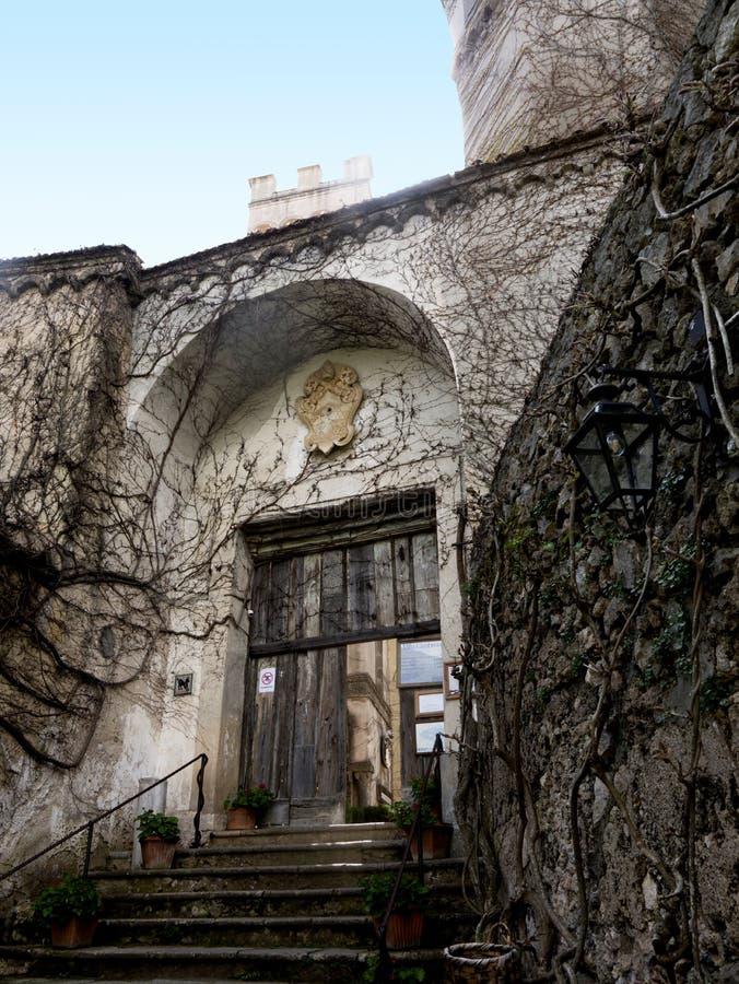Villa et entrée de jardin dans la ville historique de Ravello dans les montagnes en Italie du sud images libres de droits