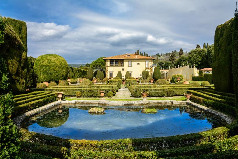 Villa Gambera avec un lac et des jardins dans la ville de Settignano tuscany photos stock