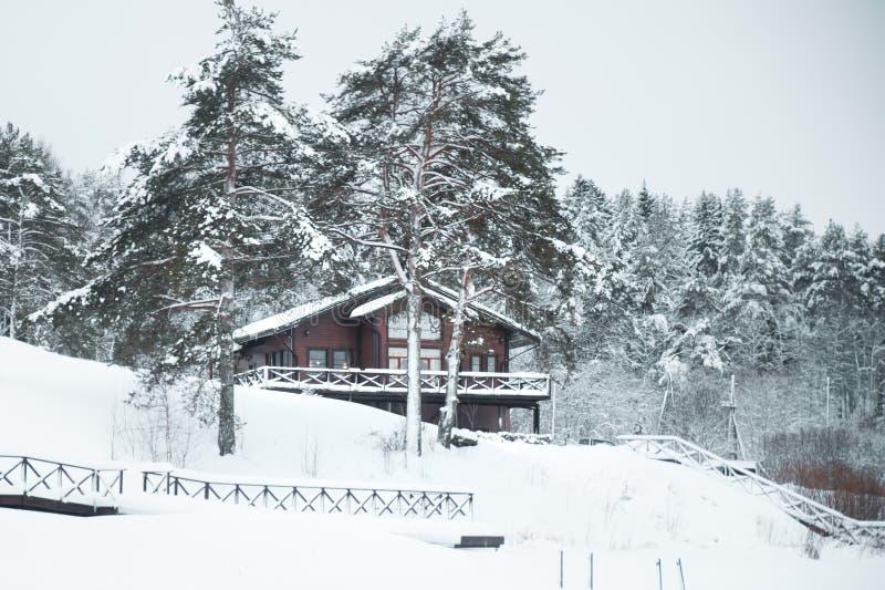 Villa, Haus auf einer Winterlandschaft lizenzfreies stockbild