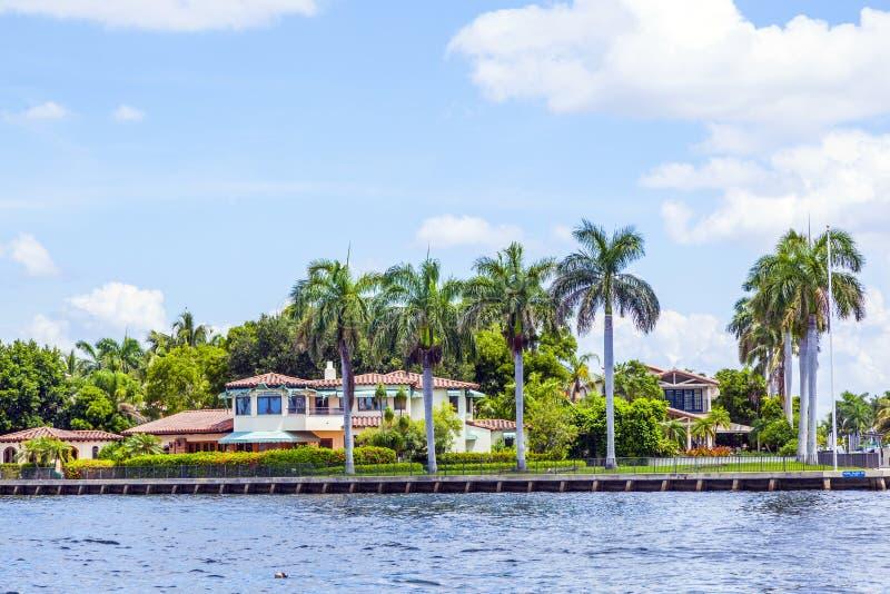 Villa i Fort Lauderdale som ses från vattentaxien royaltyfria bilder