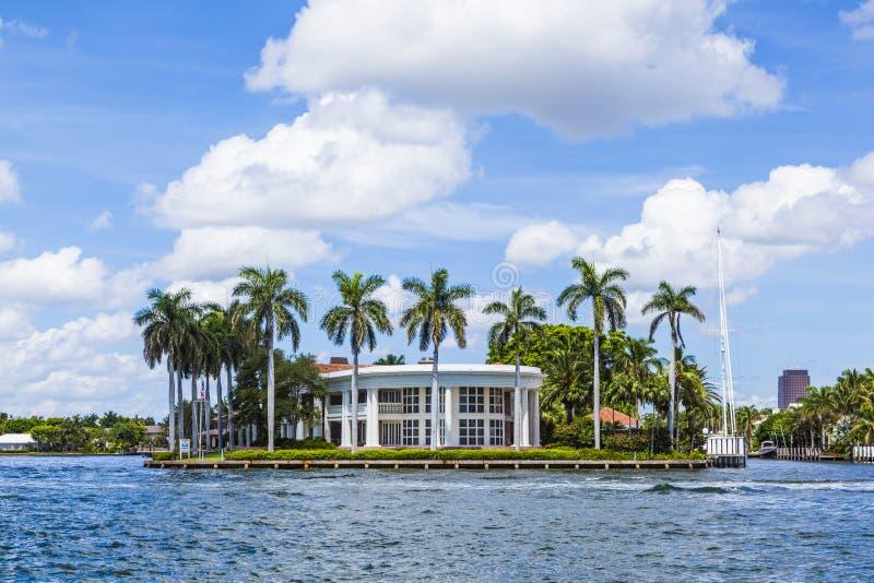 Villa i Fort Lauderdale som ses från vattentaxien arkivbild