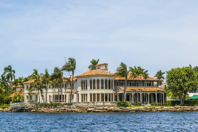 Villa i Fort Lauderdale som ses från vattentaxien royaltyfria foton