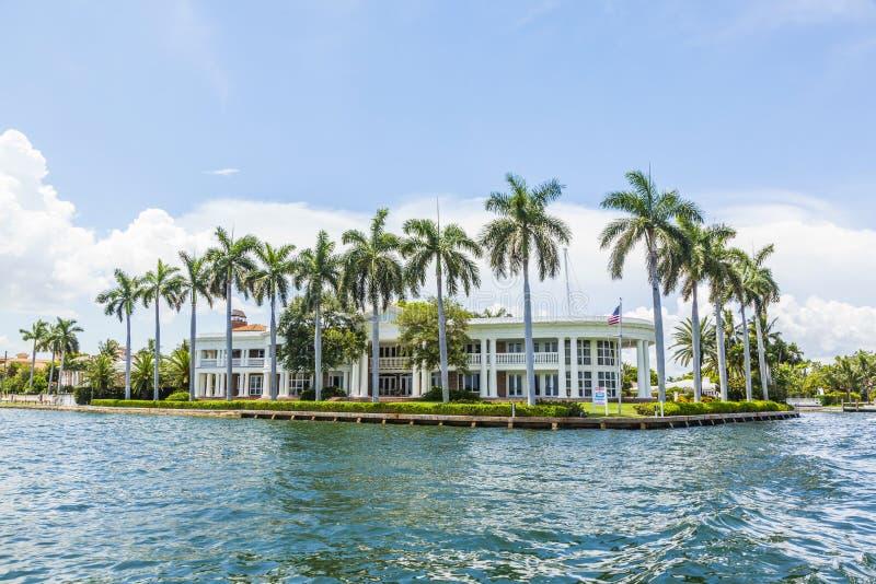 Villa i Fort Lauderdale som ses från vattentaxien arkivfoton