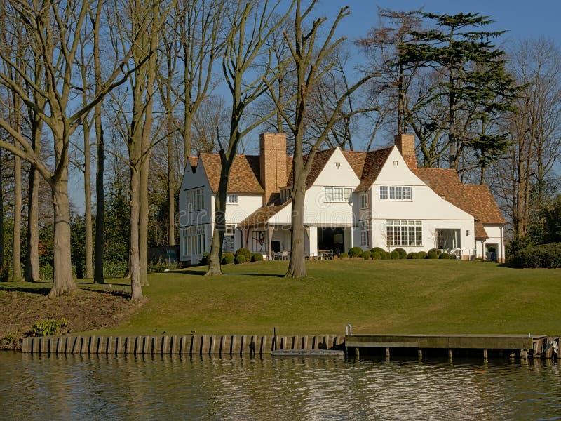 Villa idilliaca del wite lungo il fiume Lys in Fiandre, Belgio fotografie stock libere da diritti