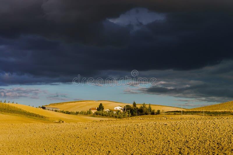 Villa in Italia, vecchia fattoria nelle onde dei campi e delle colline tuscanian immagini stock libere da diritti