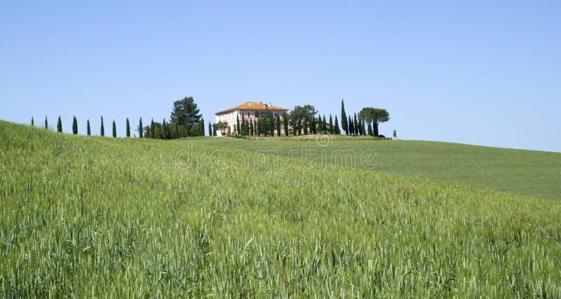 Villa in landelijk landschap stock foto