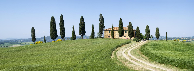 Villa in landelijk landschap stock fotografie