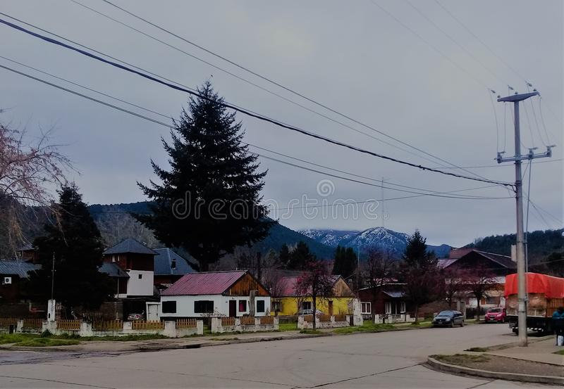 Villa Langostura, le voisinage du patagonia, entre les montagnes photo stock