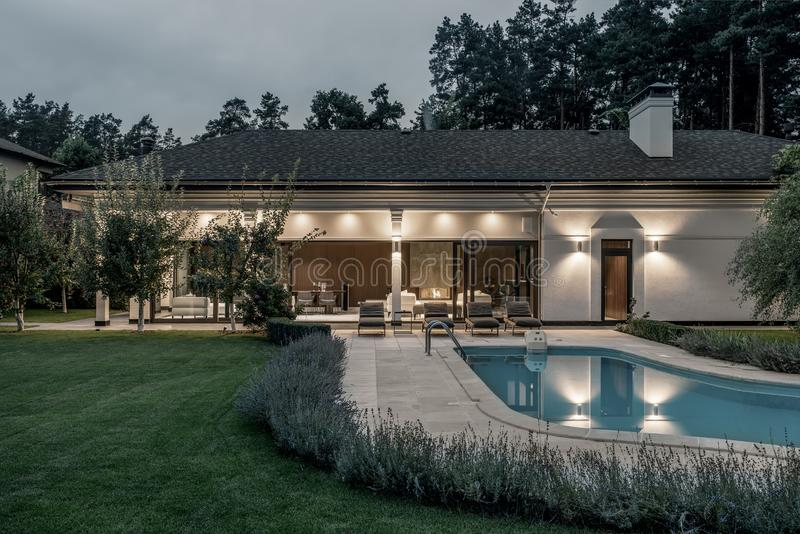 Villa lumineuse avec la piscine et la grande pelouse photographie stock