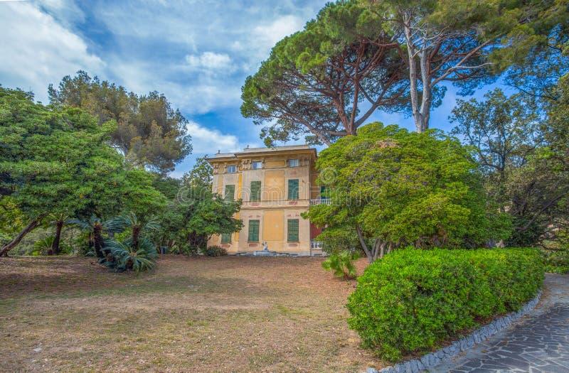 Villa Luxoro i Genoa Nervi, nära Genoa Nervi Groppallo Park, Italien fotografering för bildbyråer