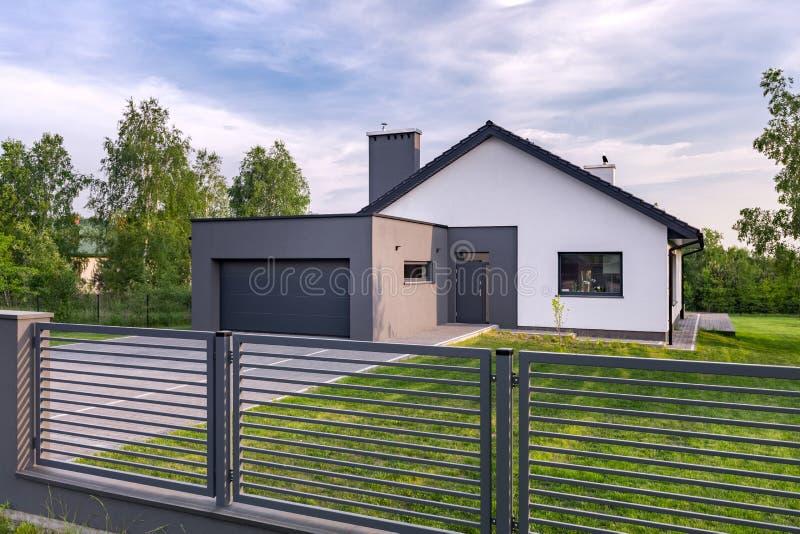 Villa med staketet och garaget royaltyfria bilder