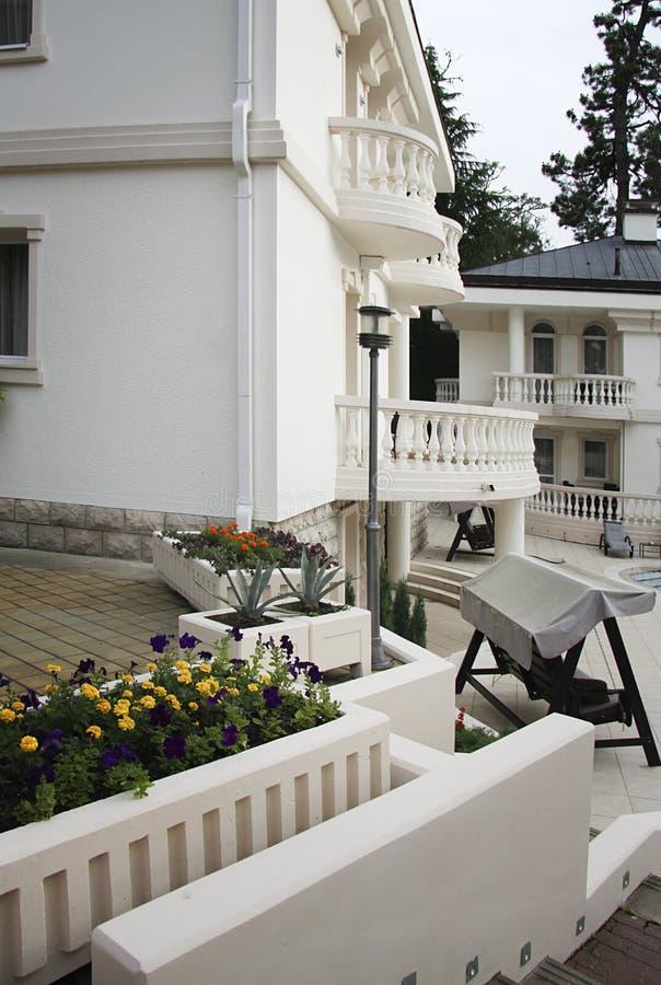 Villa met tuin royalty-vrije stock foto