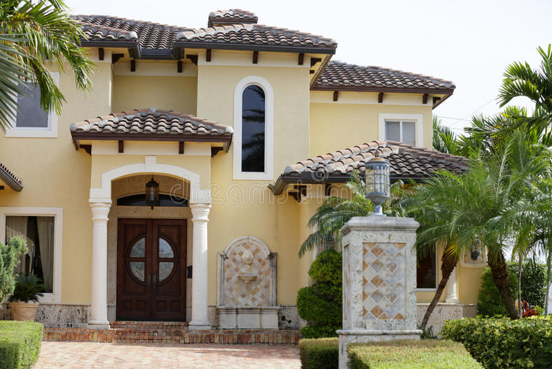 Villa mit Palmen stockfotografie