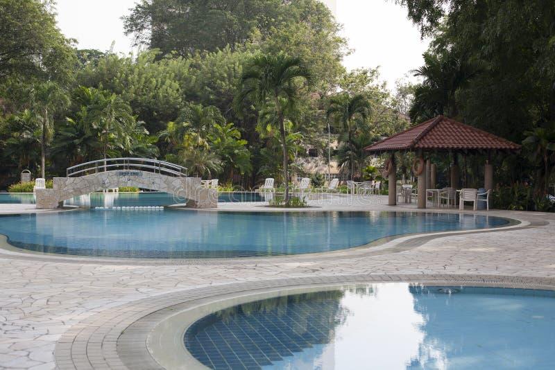Villa moderna all'aperto con la piscina ed il gazebo fotografie stock