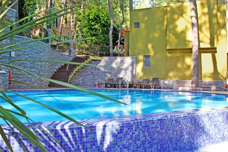 Villa moderna con la piscina fotografia stock