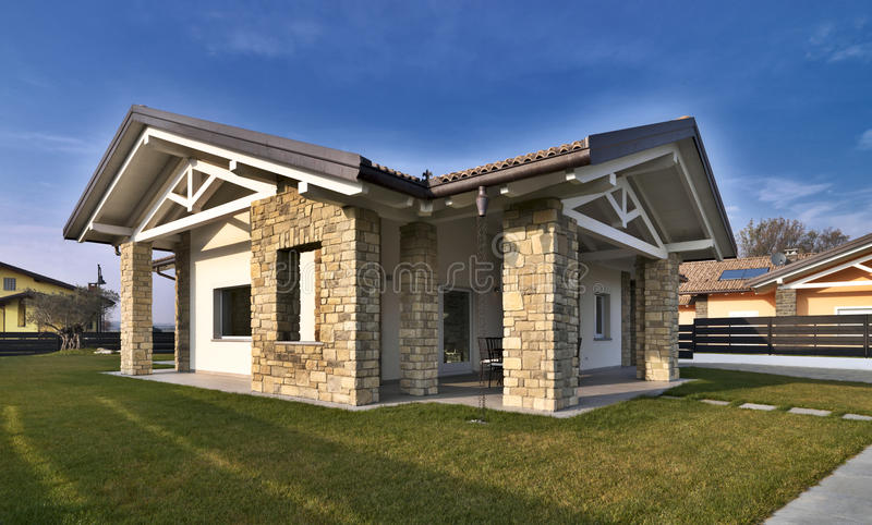 Villa moderna con le pareti di pietra immagine stock for Download gratuito di piani casa moderna
