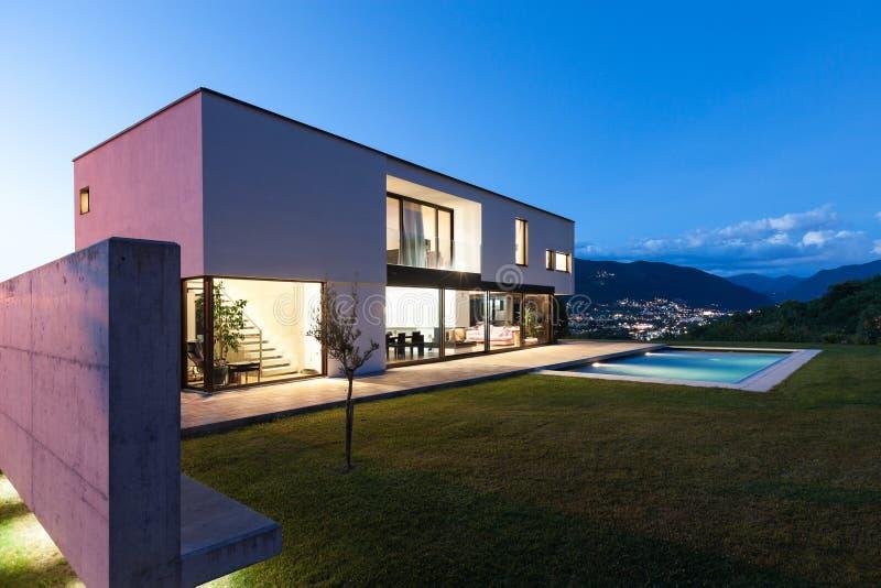 Villa Moderna Con Lo Stagno Immagine Stock