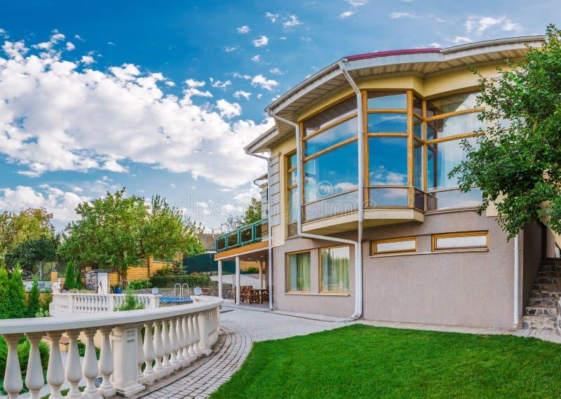Villa moderna esteriore di stile circondata di natura fotografia stock