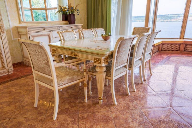 Villa moderna, interno, bella sala da pranzo immagini stock libere da diritti