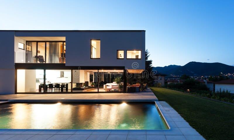 Villa moderne avec la piscine photographie stock libre de droits