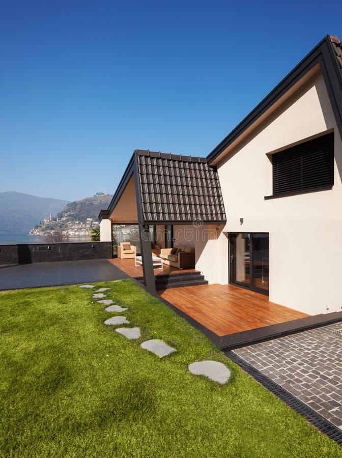 Villa moderne, extérieure avec la pelouse, personne photos libres de droits