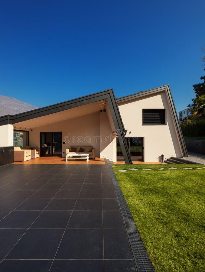 Villa moderne, extérieure avec la pelouse, personne images libres de droits