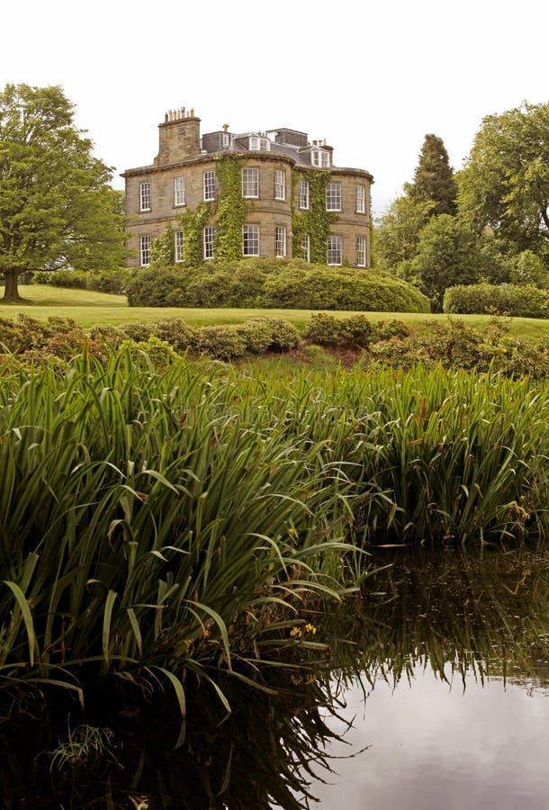 Villa nahe dem Teich stockbild