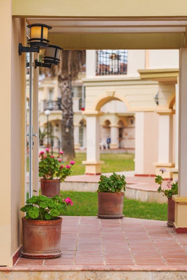 Villa rustica del portico nello stile toscano con i fiori immagini stock