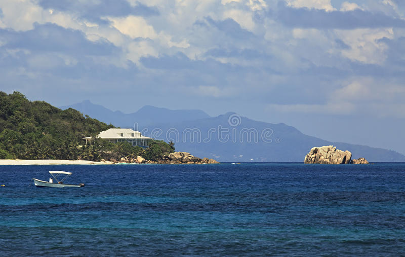 Villa sulla riva dell'isola del cugino in Oceano Indiano immagini stock libere da diritti