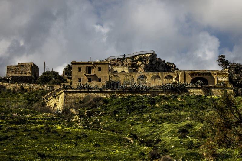 Villa sur un dessus de colline dans Gozo photos stock