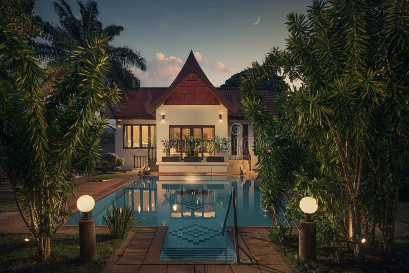 Villa thaïlandaise gentille de style dans l'environnement tropical images libres de droits