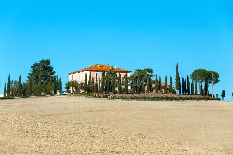 Villa in Toscanië met cipresweg of steeg in de herfst, Vallei van orcha van Val D `, Italië royalty-vrije stock foto's