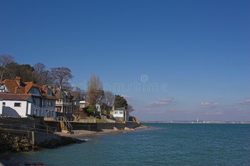 Village à côté de mer images stock