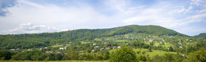 Village alpin dans Carpathiens image libre de droits
