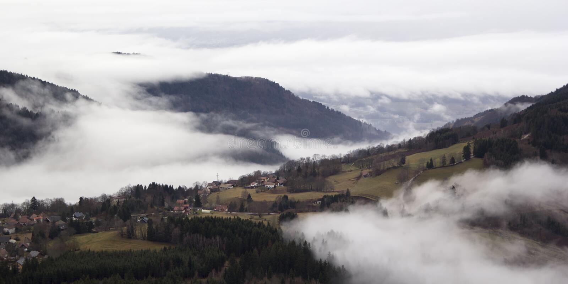 Village alpin dans le brouillard Frances, le Rhône-Alpes photos stock